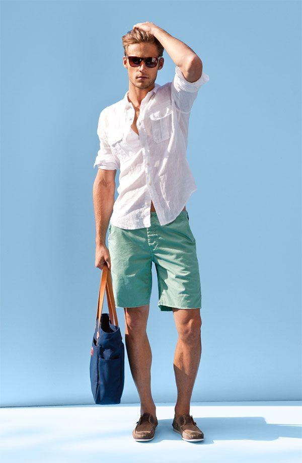 ESTILO ESPORTIVO NATURAL com toque CLÁSSICO. Tecidos leves e suaves. Nos pés o conforto do dock side. Nas mãos uma bolsa para carregar máquina de tirar fotos, protetor solar, ou o que quiser.