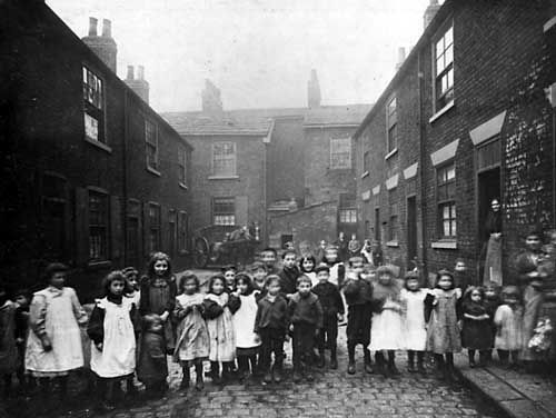 Working class Back to back housing in Bell Street, Leeds 1901, children in foreground © Leeds Library and Information Service.