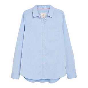 En enkel och fräsch bomullsskjorta är ett av garderobens mest användbara plagg, oavsett säsong. Bär under en stickad tröja och matcha med sköna jeans.