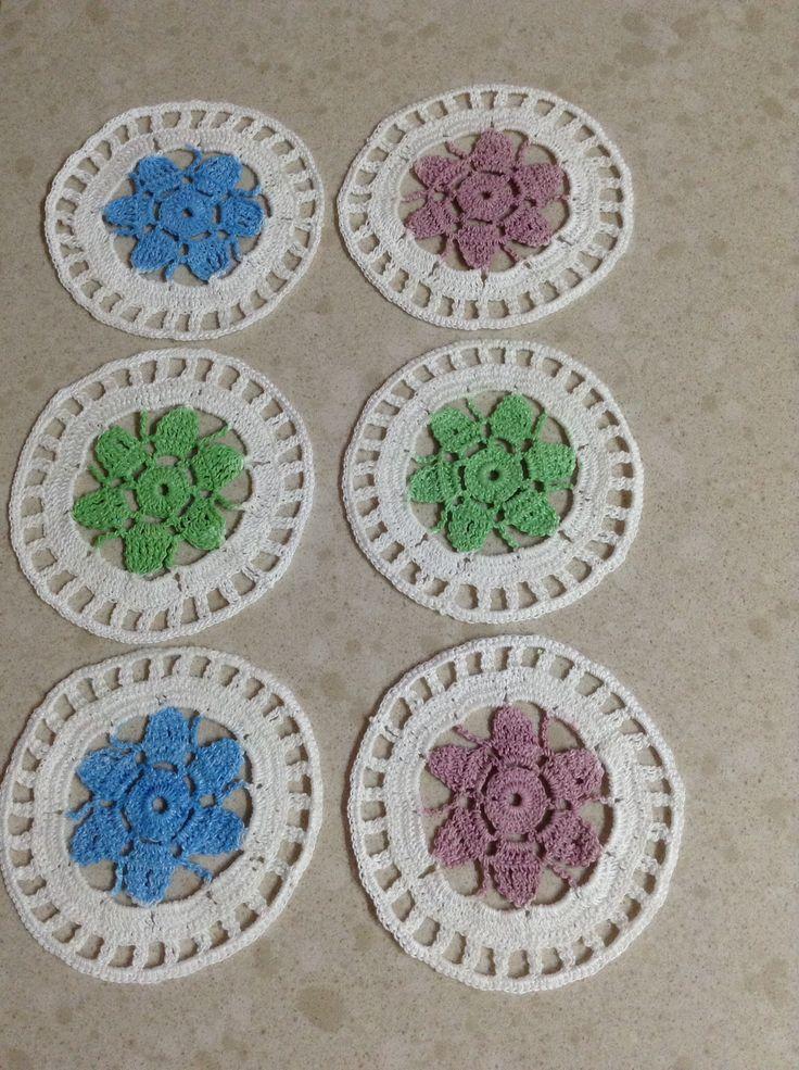 Sottobicchieri creati con tecnica dell'uncinetto poi induriti con prodotti specifici.