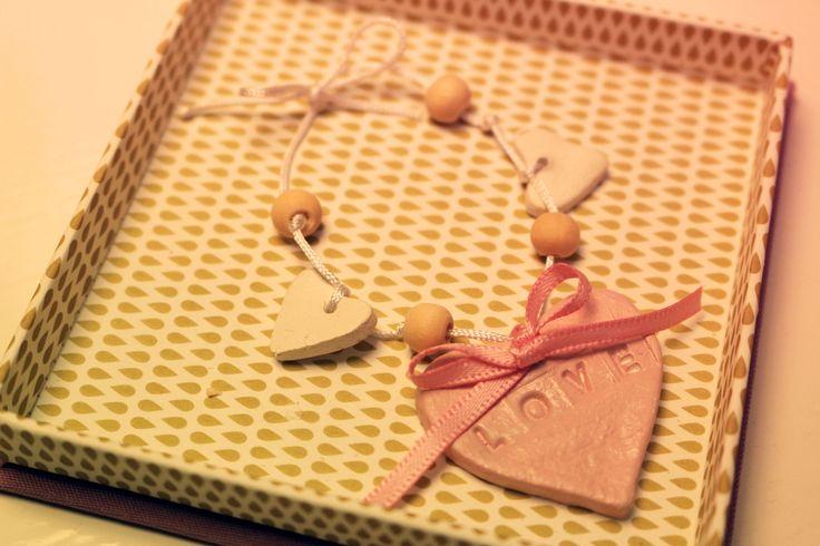 Love armband till Alla hjärtans dag. Love bracelet in clay for Valentins day from DiySweden