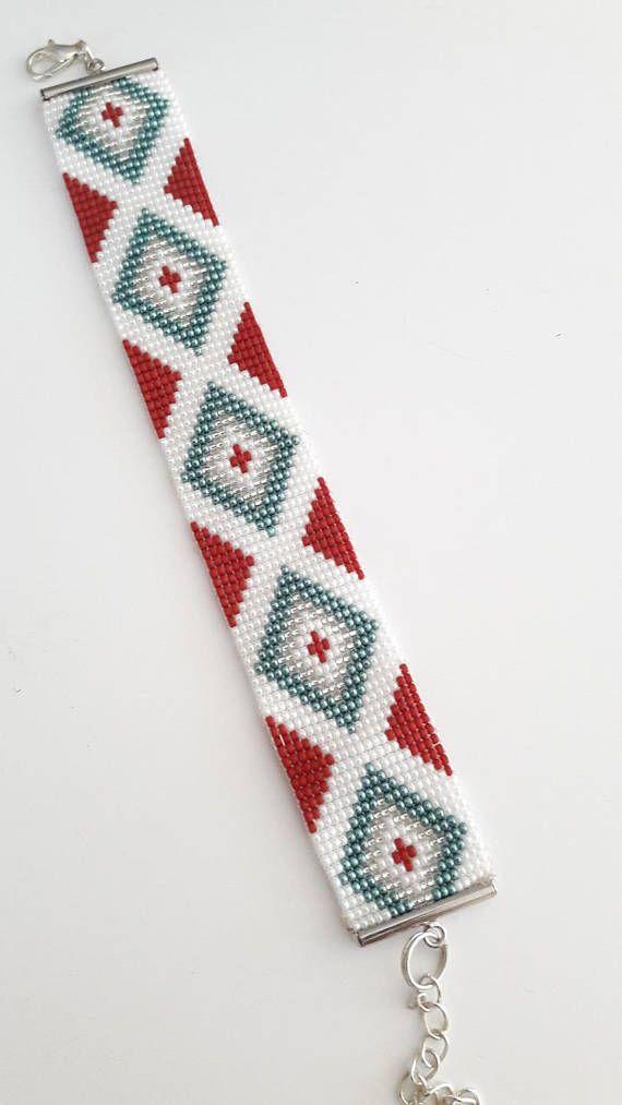 Bracelet en perles de verre japonaises 15/0 de très grande qualité et de grande finesse Fermoir en rhodié Couleur: Blanc ,rouge foncé, turquoise Longueur 14.5 cm , 16cm avec fermoir Largeur 2 cm Ce bracelet peut être fabriqué de la longueur désirée, sur commande
