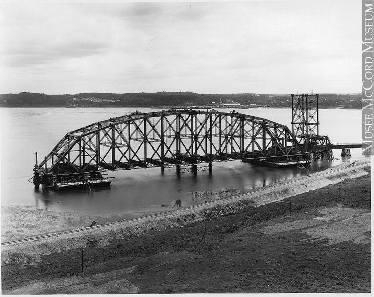Travée centrale flottante du Pont de Québec vis a vus la Cote  de Sillery en 1916-1917