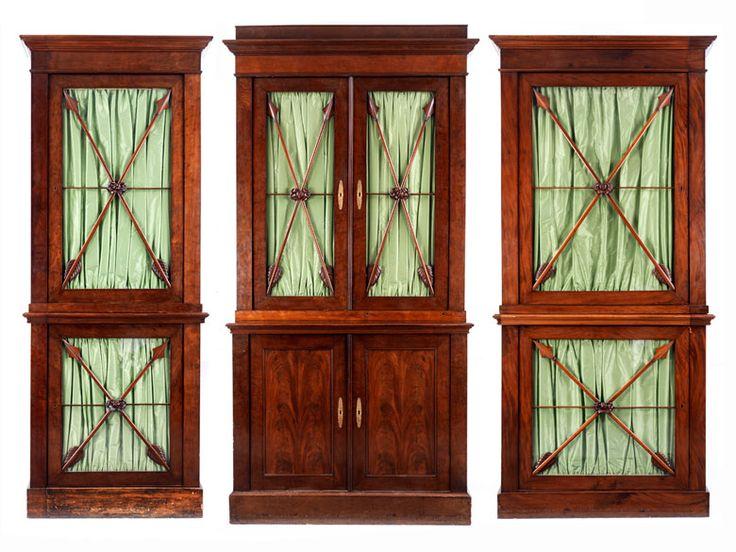 Bibliotheksvitrinen bestehend aus einem Mittelschrank und seitlichen Schränken mit Vitrinenfenstern. Der Schrank zweitürig, mahagonifurniert, Verglasung ...