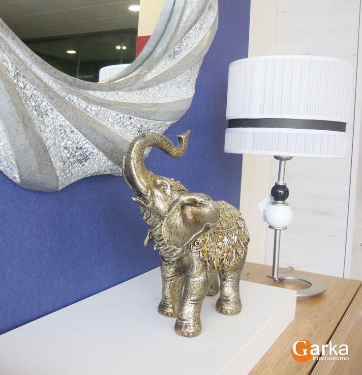 Artículos decorativos: figura elefante dorado, lámpara blanca y negra y espejo plateado! :-)