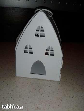 19 zł: Witam :-)  Przedmiotem tej aukcji jest metalowy biały domek- lampion na podgrzewacz. Jest piękną, klimatyczną,a zarazem oryginalną ozdobą domu.  Jest nowy,ale ma widoczne na zdjęciu wgięcia dlateg...