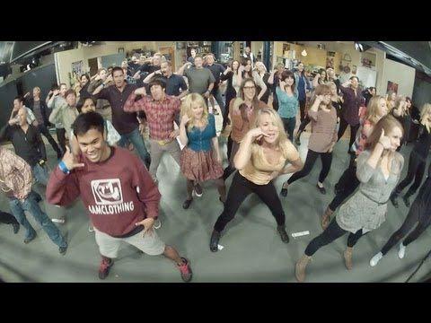 Un día normal de grabación de The Big Bang Theory, publico en vivo, y de repente… Flash mob!