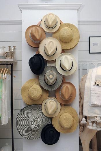 多くなりすぎたハットたちを無駄なく上手に掛けて収納した、こちらのインテリア。被るときに取り出しやすく、壁にかけることで通気性もよくて帽子の状態も良いまま保管できます。ハットや、麦わら帽子などのツバの広い帽子は、ツバを曲げないように気を使いますがこんな収納だとそんな心配もなさそうですね。