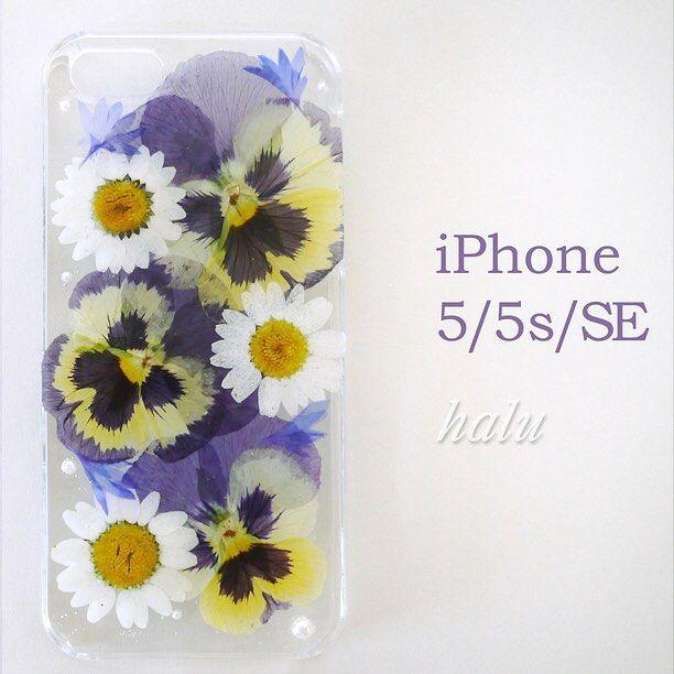 可愛い花達に囲まれて、通話も弾みそう♪ . halu427さんの「押し花iPhoneケース/ビオラ&ノースポール&矢車菊」 . #tetote…