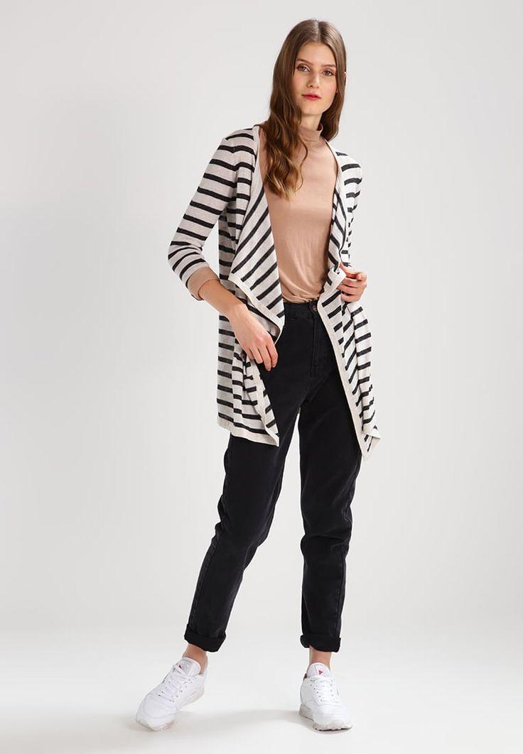 ¡Consigue este tipo de chaqueta de punto de Vero Moda ahora! Haz clic para ver los detalles. Envíos gratis a toda España. Vero Moda VMALTHA  Chaqueta de punto snow white/black: Vero Moda VMALTHA  Chaqueta de punto snow white/black Ofertas   | Material exterior: 85% poliéster, 15% lino | Ofertas ¡Haz tu pedido   y disfruta de gastos de enví-o gratuitos! (chaqueta de punto, rebeca, rebecas, rebequitas, twin set, lana, wool-blend, tweed, knit, cárdigan, cardigan, strickjacke, chamarra tej...