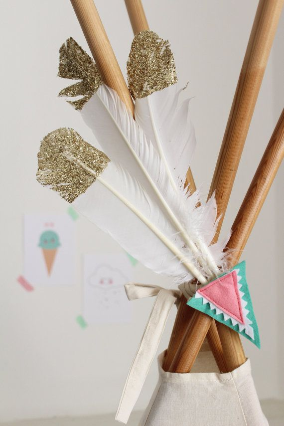This is a 3 feather and felt decoration perfect for adorning your teepee.  3 white goose feathers, with their tips covered in gold glitter (to approx