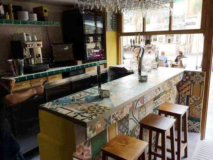 Barra de un bar decorada ntegramente con un colorido - Suelos para bares ...