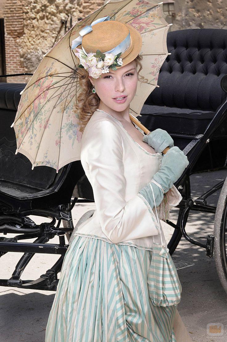 Esmeralda Moya con la moda del polisón