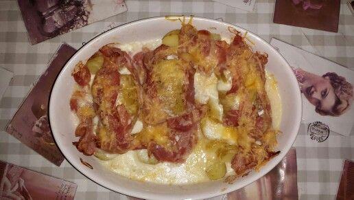 Hele aardappelen met mozzarella bacon en geraspte kaas uit de oven