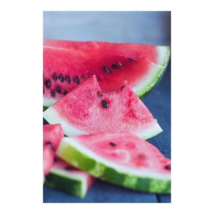✖️Ingredient Spotlight✖️ Watermelon seed oil is rich in nourishing nutrients and penetrates deeply to rejuvenate and promote healthy glowing skin 🔆 This gentle oil naturally removes sebum, dirt, make up and grease that build up in pores causing acne and giving the skin a dull appearance. You can find watermelon seed oil in out Flawless Cleansing Oil; which is suitable for all skin types