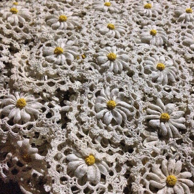 crochet lace tablecloth with rickrack marguerite or daisy   レース編み にリックラックテープを組み合わせたテーブルクロス。お花畑みたい。四角モチーフとお花単体を交互に配しています。  #antiquelace #rickracklace