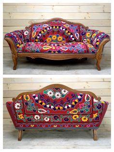 Vintage tallado sofas retapizados con Suzani rojo antiguo