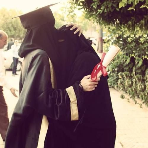 Niqabi graduate kissing her mom