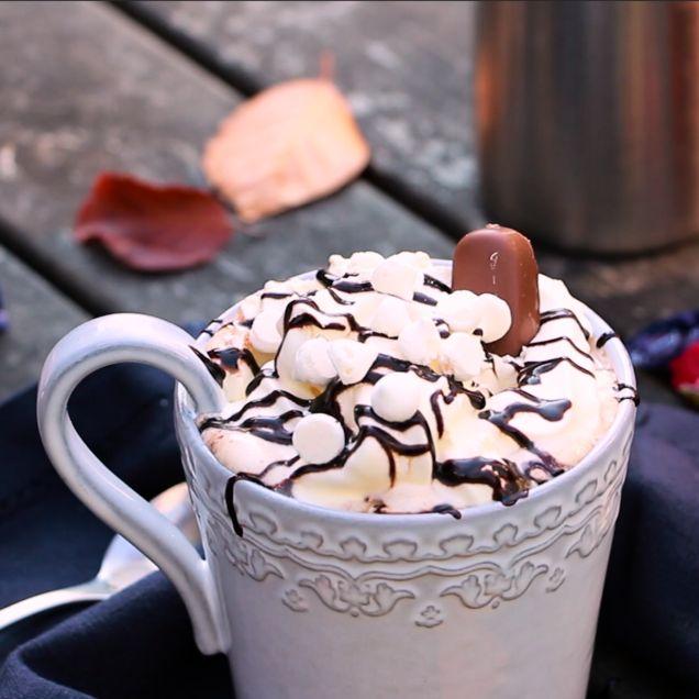 En god kopp varm choklad med varm mjölk, färsk Dumle och Nutella. Toppa med grädde, maränger eller något annat gott!