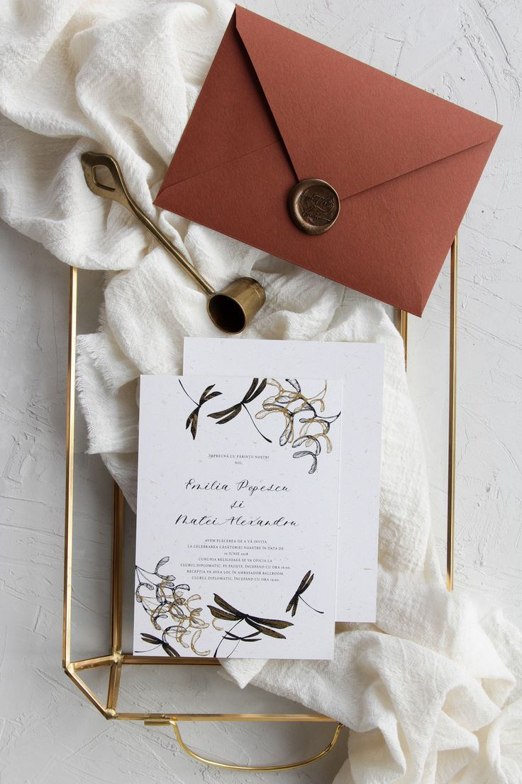 Illustrated dragonfly wedding invitations, handmade envelopes with wax seal / © PAPIRA invitatii de nunta personalizate #invitatiinunta #invitatii