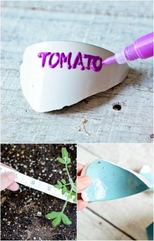 Reutilizar sus ollas rotas en los marcadores de plantas.
