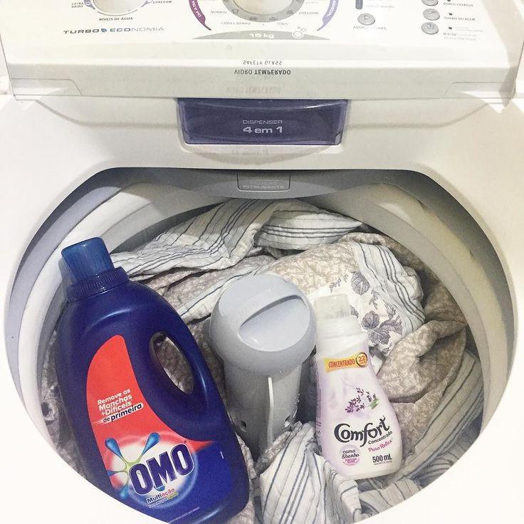 Roupas de cama vão ficar limpinhas e perfumadas. O cheiro e a ação desse Omo líquido são maravilhosos. Para amaciar com perfume duradouro no guarda roupas conto com o exclusivo para roupas de cama e banho Puro Relax  Bem vindo fim de semana hoje são apenas detalhes na casa lavar roupas de cama e o quintal  . . #decasalimpa #donadecasa #lavanderia #omo #rotina #comfortpurorelax #diaadia #roupasdecama #laundry  #donadecasareal #laundryday