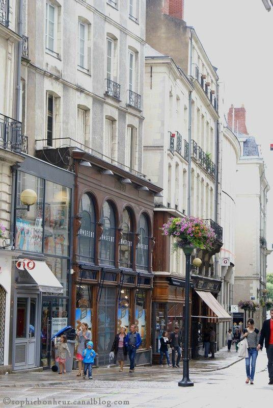 France. Nantes ; Aperçu de l'une des rues les plus anciennes de nantes, La rue de la Fosse, avec sur la gauche la façade d'une ancienne chapellerie, puis la façade de la librairie Coiffard l'une des seules grandes librairies de nantes avec la librairie Durance. .