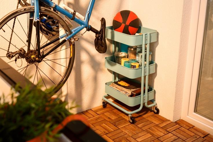 Economisești spațiu depozitând lucrurile mici ȋn căruciorul RASKOG, pe care ȋl poți muta ușor, oricând dorești să eliberezi o secțiune din balcon.