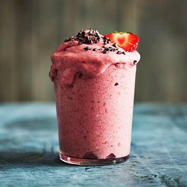 """Lätt beroendeframkallande """"nice cream"""" med mycket sommarkänsla i både smak, färg och svalkande effekt. Basen är fryst banan, frysta hallon och jordgubbar, som snabbt mixas ihop till en glassliknande konsistens. Hugg in direkt – den är bäst nygjord."""