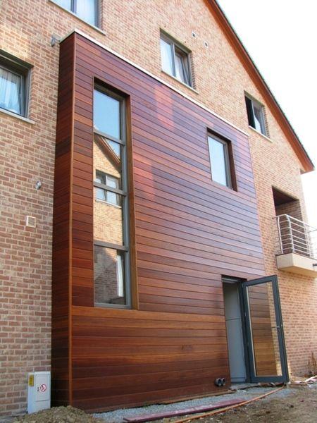 gevelbekleding hout. Wat ik mooi vind is de warme houtkleur in combinatie met de rode baksteen.
