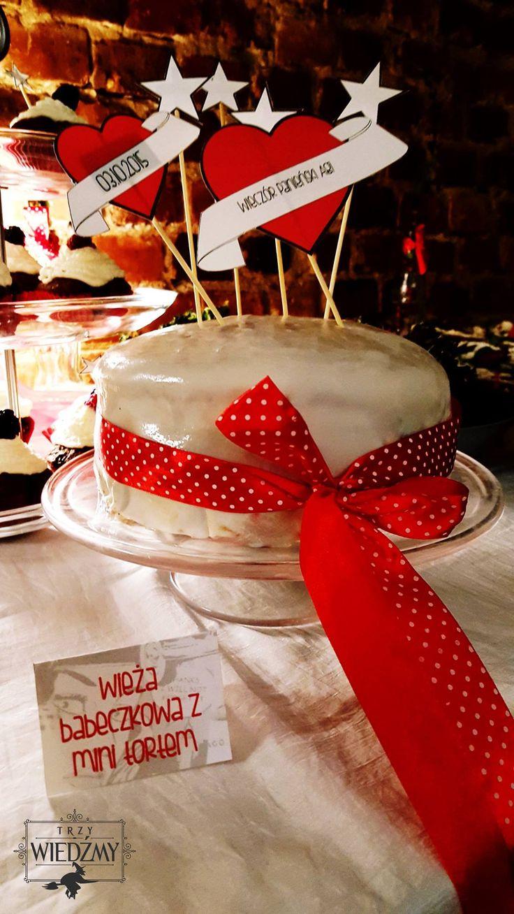 Wieczór panieński w klimatach rockabilly - połączenia kobiecych lat '50, stylu pin-up i rock'n'rolla. Wiśniowo - czekoladowy tort z czerwoną wstążką w kropeczki i papierowymi znaczkami. / '50, pin-up, rock, rockabilly, party, Bachelorette party, girls, night, ideas, decoration, red, black, blue, stars, buffet, sweet, chocolate, cake,decorations, ideas, polka dots, ribbon, signs, white, red, blue.