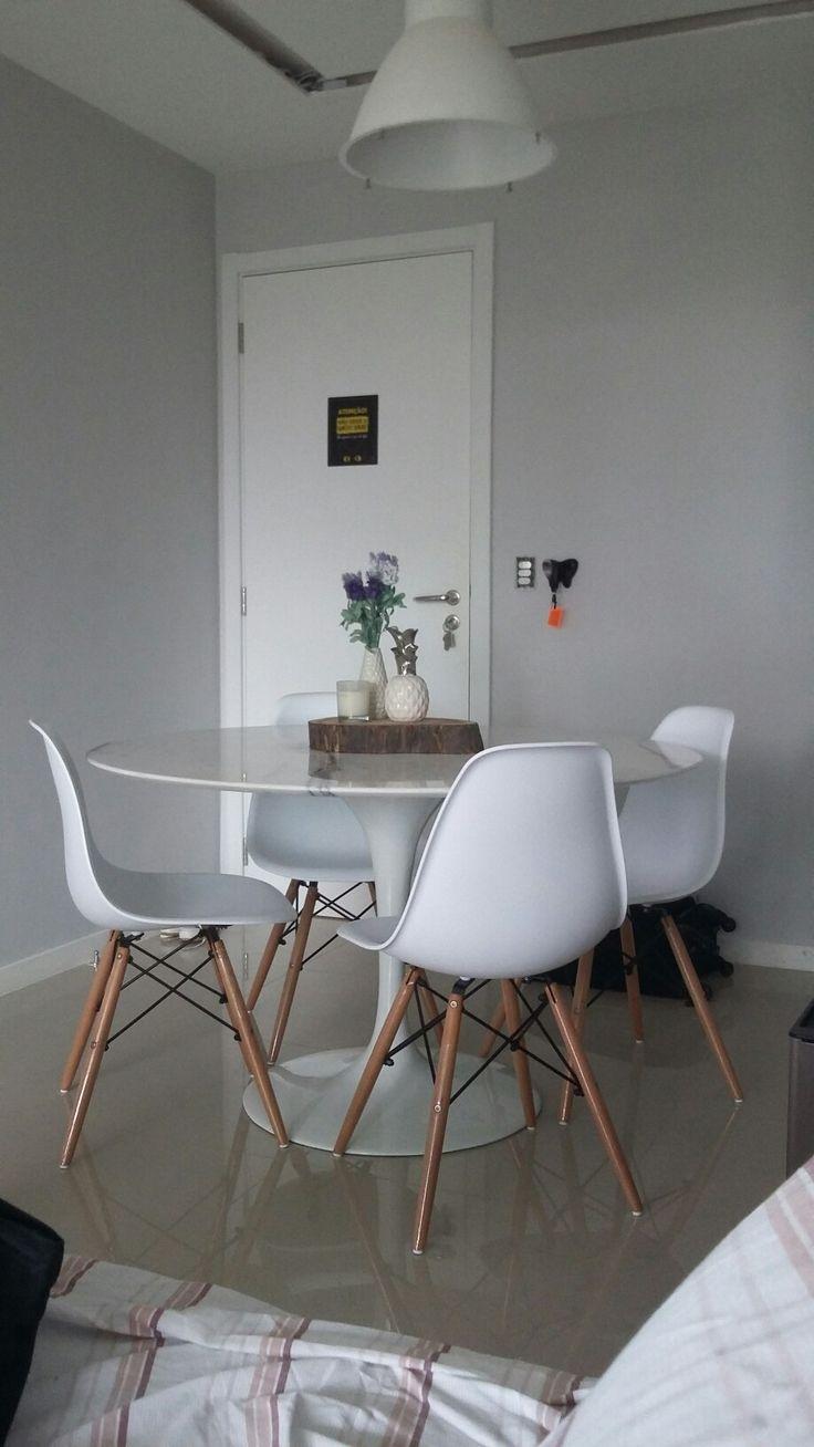 Nossa escolha para mesa de jantar foi uma tulipa (mesa saarinen) com cadeiras eames.