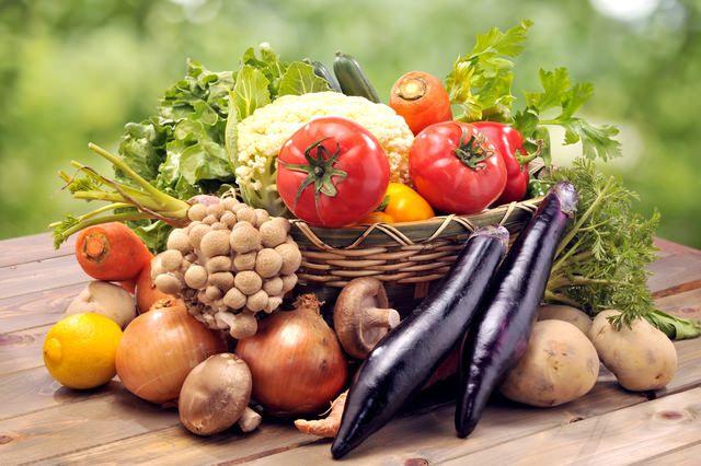 重曹で野菜の発色 野菜の発色を良くしたい場合も「重曹」を利用してください。緑黄色野菜を茹でる際に、「重曹」を少量入れることで野菜の発色が良くなり色鮮やかになります。 これは、水に溶けた炭酸ナトリウムに着色作用があるからになります。繊維やビタミンが壊れてしまうので、茹で過ぎには注意してくださいね。