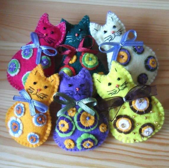 Love this cat family..my fav thing to do...find a felt pattern and sew 6 versions of the same pattern. It is so cool to create a family..like this one!