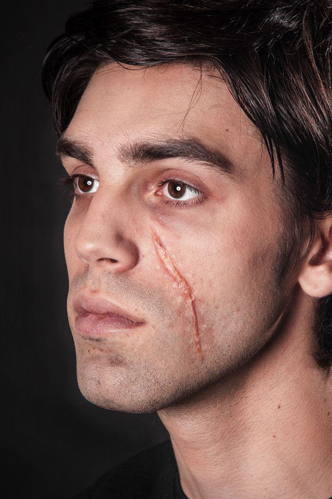 Narben selber schminken – mit Tuplast