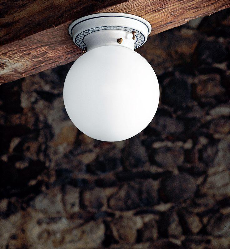 Mansarda è una plafoniera con base in ceramica bianca o decorata e diffusore in vetro bianco latte lucido. Questa plafoniera, perfetta in un ingresso o appesa sopra ad un tavolo, crea atmosfera donando all'ambiente una luce calda ed avvolgente