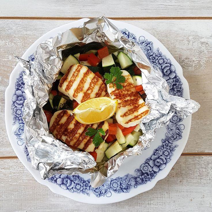 Halloumi - je bent er gek op of je vindt het helemaal niets, volgens mij is er geen tussenweg... Ik ben fan en maakte daarom lekkere halloumi-pakketjes uit de oven, met een flinke berg groenten. Perfect voor een dagje zonder vlees of vis!
