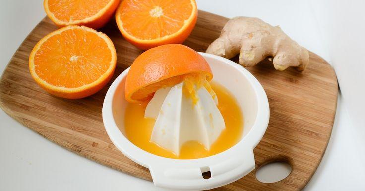 Versa 1 cucchiaio di olio d'oliva, 1 cucchiaio di succo d'arancia appena spremuto, mezzo cucchiaio di zenzero grattugiato, mezzo cucchiaio di aglio tagliato a pezzi piccoli nel frullatore, mezzo bicchiere d'acqua, frulla fino a far integrare bene tutti gli ingredienti fra loro.