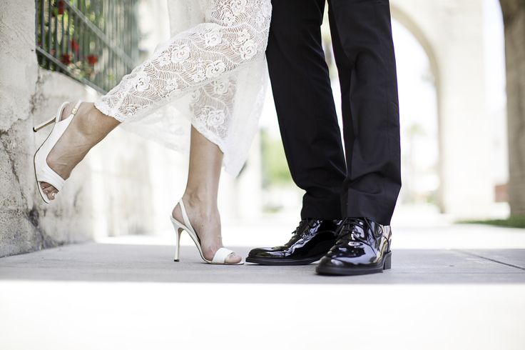 Des chaussures à talonnette aux pieds le jour de son mariage, le petit plus pour être élégant et pour pouvoir regarder sa future droit dans les yeux ! http://www.chaussuresrehaussantes.fr/collection-de-luxe/futur-marie-tenue-de-soiree