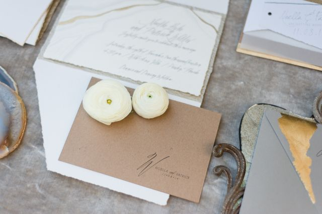 Wedding invitations with gold foil | LH Photography | see more on:  http://burnettsboards.com/2015/04/vintage-glam-wedding/