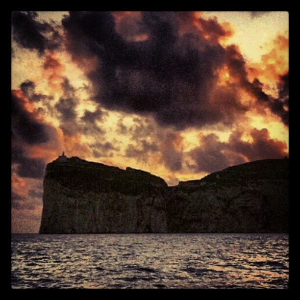 Uno splendido tramonto su Capo Caccia e il suo faro #Alghero #Sardegna     www.sardegna.com