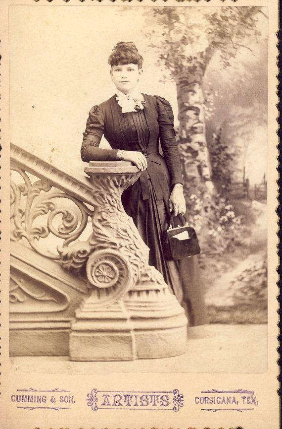 Hübsche junge viktorianische Frau in schönen Kleid mit Tasche Kabinett Karte Foto Corsicana Texas um 1890
