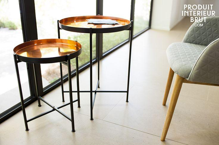 Hermosos reflejos broncíneos en su sala de estar con unas prácticas mesas metálicas.