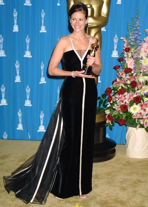 Les robes les plus marquantes des Oscars: Julia Roberts en Valentino (Photo FilmMagic)   Elle Québec