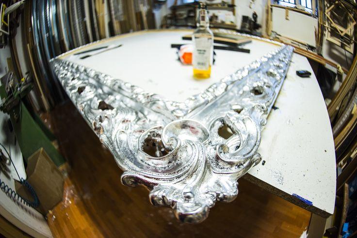 Ażurowe ornamenty - połączenie stylizowanego bogato zdobionego profilu z nowoczesnym srebrnym wykończeniem. Idealnie wyważona równowaga nowoczesnej ramy i klasycznych zdobień