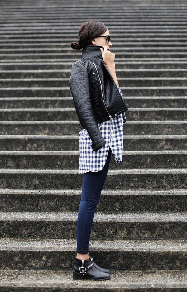 Street style look camisa xadrez, jaqueta couro, calça jeans e bota com fivela preta.