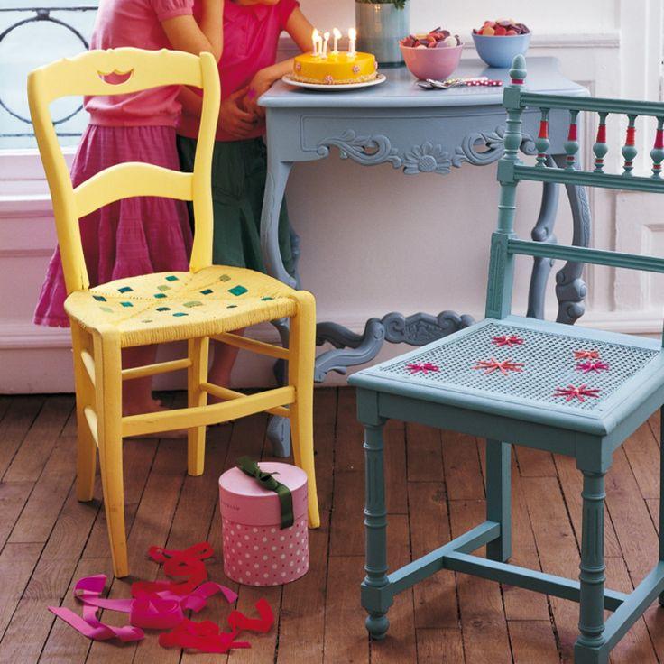 Chaises en bois paillées et cannées repeintes en jaune et bleu et décorées de motifs en laine sur l'assise                                                                                                                                                                                 Plus