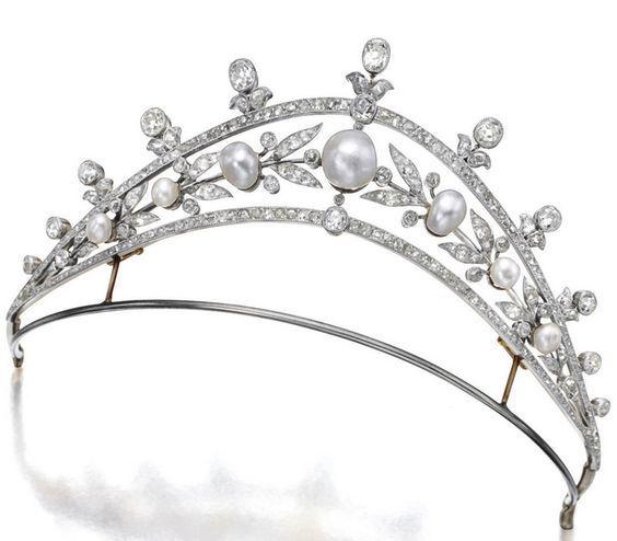 PÉROLA NATURAL E tiara, CIRCA 1905Featuring sete formou pérolas naturais medindo aproximadamente 4,66 x 4,28 x 3,72 milímetros a 9,65 x 9,00 x 8,00 milímetros, dentro de um quadro a céu aberto decorado com diamantes de idade de corte em conjunto com peso aproximado de 7,50 ...