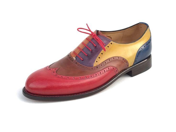 Full Brogue Oxford to je opravdová lahůdka. Ručně šitá obuv tradičního typu, kterou zhotovujeme na míru a v mnoha různých variantách zdobení. Pokaždé si zachovává svůj nezaměnitelný charakter.  Informace o ceně