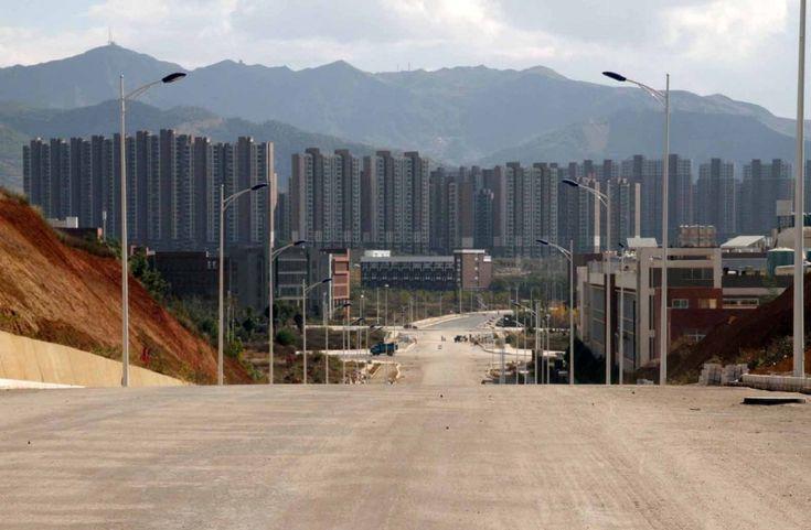 Lussuose ville, centri commerciali, scuole, grattacieli e residence. Chenggong, la città asiatica che sorge lungo le sponde del lago Dianchi a sud di Kunming, aspetta da anni di essere vissuta. I lavori di costruzione sono iniziati nel 2003 e, nonostante il mercato di Luosiwan, uno dei pochi